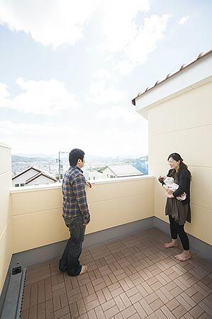 バーベキューや眺望を楽しめるスカイバルコニー。暮らす楽しみが広がる空間です。 ご夫婦お気に入りの場所です。