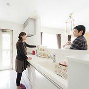 浴室⇒洗面⇒キッチン⇒庭とつながる勝手口」の家事がはかどる動線。 奥様の家事軽減を実現します。