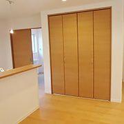 ダイニングには大容量の収納。明るい扉がダイニングの雰囲気とマッチしています。