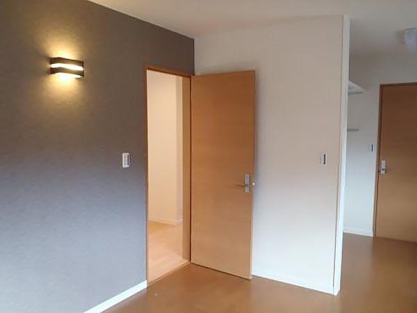 寝室のみ床の色を変え、落ち着いた雰囲気に仕上げました。また、間接照明がより効果を高めます。