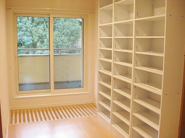 階段を上りきった廊下の先には、ご家族の一番の夢だった読書コーナーを設けました。 本棚は造り付けなので、地震で倒れる心配もありません。 スリット吹き抜けの上にはアクリル板がおいてあり、取り外しで夏冬の温度調節が可能です。スリット吹き抜けの上を歩いてバルコニーに出られるようになっています。