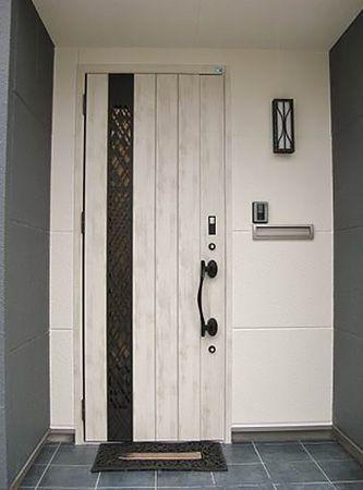 建物全体のトーンを変えないようにホワイト系の玄関を選択しました。
