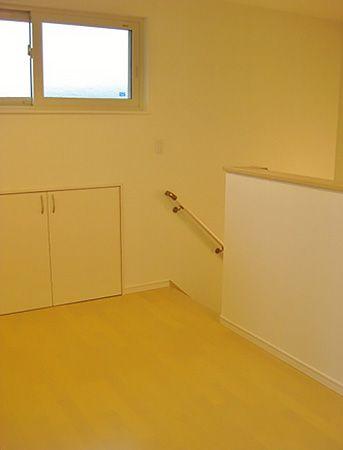 2階ホールは、お子様を寝かしつけてからご夫婦が就寝するまでの時間、ここでPCが出来るようにPC台を置くスペースを作りました。