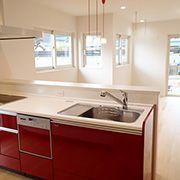 あまりくどくならないように、お客様から見えるレンジボード等は木目調のホワイトにしてシンプルにまとめました。 脱衣室やお風呂はキッチンの裏にあるので、家事動線もバッチリです。
