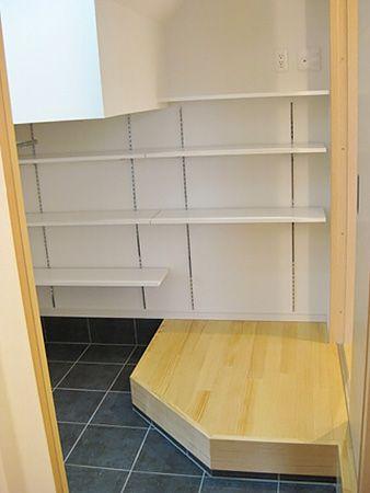 玄関クロークは階段下になっているので一部天井が低い部分もありますが、ベビーカーを入れたり趣味のものを収納するのには充分な広さがあります。 玄関・廊下のどちらからでも出入り可能です。