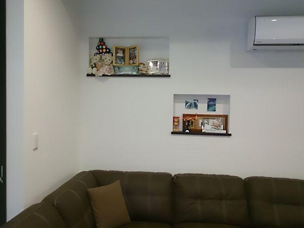 ソファー上部に飾り棚を設けました。ご家族の写真や、小さな花瓶などをかざる事ができます。