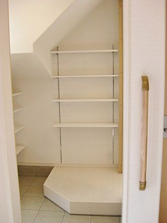 玄関を開けると広めのクローク。 クロークは階段下になっているので一部天井が低い部分もありますが、ベビーカーを入れたり趣味のものを収納するのには充分な広さがあります。