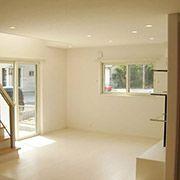 無垢の床はホワイト色にして、家全体を明るく見せています。