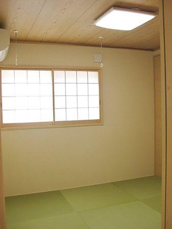 和室は、リビングに隣接しています。 吊り収納の下に明かり取りの窓があり、開放的で明るい和室になりました。