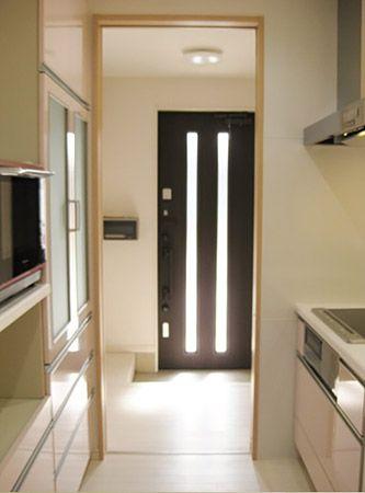 キッチンにある扉を開けると、玄関へ繋がっています。 お買い物をして帰ったらすぐにキッチンへ荷物を運ぶことが出来て便利です。