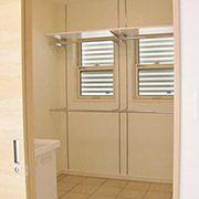 キッチン横にある脱衣室には、たくさんの物干しスペースがあり、雨の日でも安心して洗濯物を干すことが出来ます。