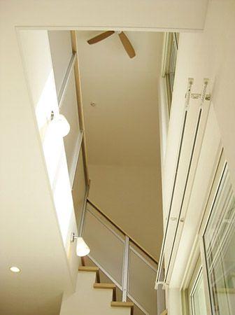 リビングにある吹き抜け階段で、明るく広い空間を演出しています。 2階ホールにも室内物干しがあります。