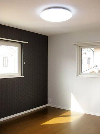 寝室の壁は一面だけアクセントをつけました。床の色も他の部屋とは違って濃い目の色です。