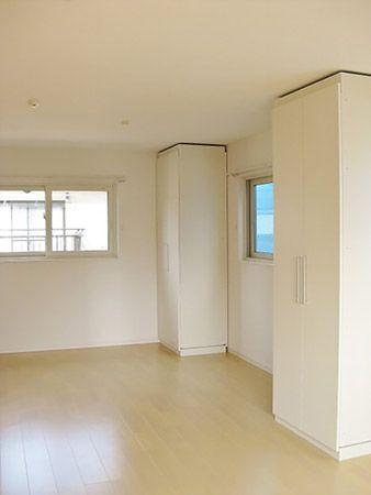 子供部屋は、可動間仕切り収納で仕切るようにしてあります。収納の位置や向きを自由に変えられるので、レイアウトが色々楽しめますね。現在はお子様1人なので、しばらくは壁際に寄せ、1部屋として使うことができます。
