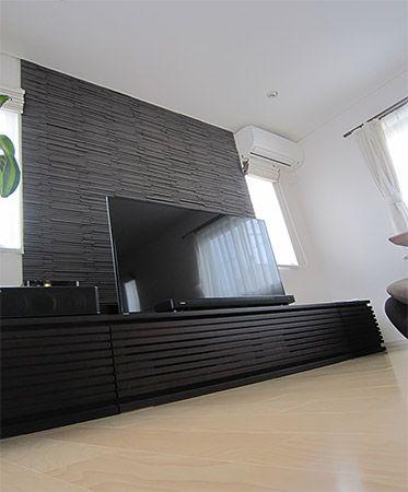 リビングのTVボードの後ろの石貼りはご主人の一番のお気に入りです。この石貼りに合う気に入ったTVボードを探すのにとっても苦労しました。リビングのドアはハイドアにすることにより、より高さを感じることができます。