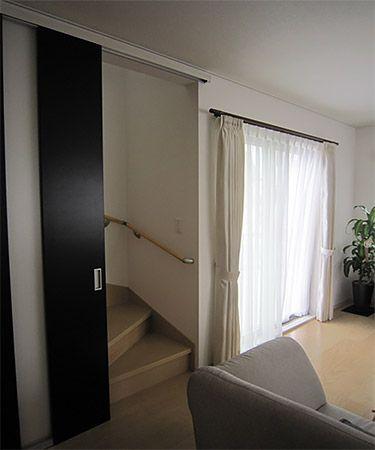「リビング階段にはしたかったけど、階段が常に見えているのはイヤ」という奥様の要望に応える為に考えたのがハイドアにしたアウトセット引戸。これで冷暖房も効きやすく、来客時にはドアを閉めて階段を見えないようにすることも可能です。
