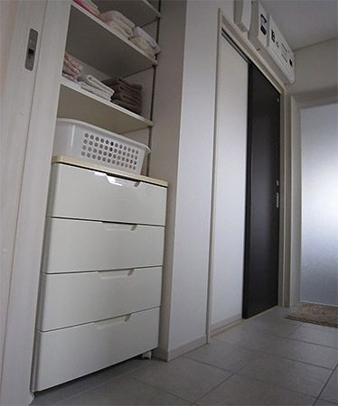 洗面所は2WAY(ホールからとりリビングから)の動線を設けました。また広い洗面所に更に収納スペースを設けてとってもすっきりしています。