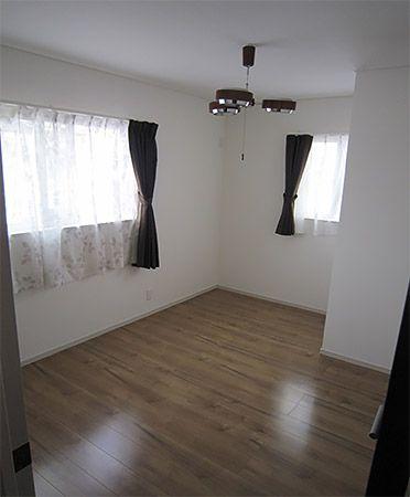 将来的には子供部屋になる予定の洋室①&②ですが、現在ひとつは奥様の趣味の部屋になっています!鏡台や本棚、TV、スポーツマシーンなどが置かれていました。もうひとつはご主人が何をおこうかと思案中とのこと。2階の床は1階のクリア色の明るい色とは違って落ち着いたプライムメープル色にしました。