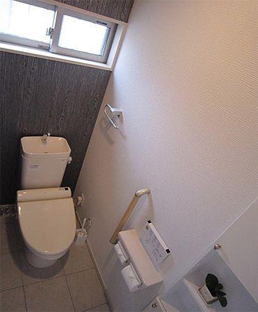 1階のトイレは落ち着いた雰囲気に、2階のトイレは明るいイメージに作りました。2階トイレ内の手洗いは奥様のご要望で、奥行きのしっかりある手洗いを設置しました。