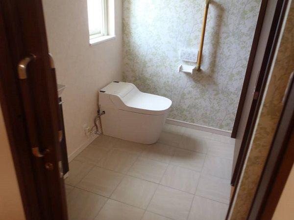 トイレは車椅子と介助者が楽に動けるスペースを取りました。入口が二つあるので回遊性や使い勝手もバッチリ。