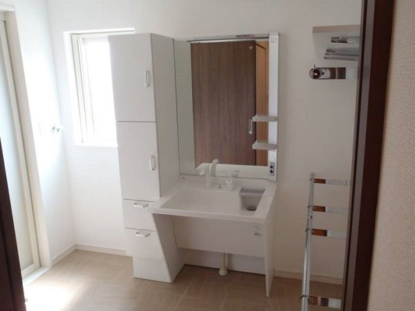 洗面台も車椅子対応のタイプを設置しました。また、家事の手間を省くため脱衣室には物干しスペースを併設し、干す、取り込む作業の軽減します。