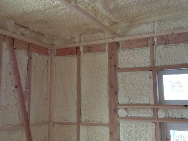 壁と天井は現場吹付の発泡ウレタン断熱材を使いました。断熱効果もとても高いですが、気密性も抜群のハイスペック工法です。樹脂サッシの採用と合わせて魔法瓶の様な住宅が出来ました。