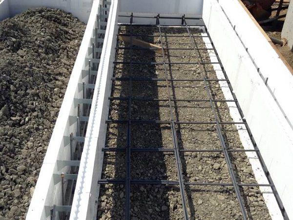 基礎の型枠は内外共に6㎝の厚さの断熱材を使用。ユニバーサルホームならではの蓄熱式エコ床暖と相性もよく、快適に過ごせる長期優良住宅です。