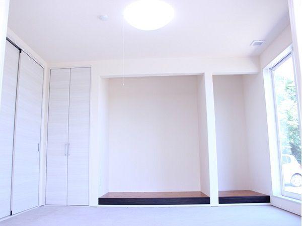 大きなお仏壇を入れるスペースは、床から1段上げて、荘厳さの出る色味にしました。法事なども家で出来るよう、6畳2間続きです。