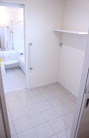 タイルの脱衣スペースには、洗濯機だけを置くので、物干しスペースとして広々と使えます。冬は1番暖かい所なので、お風呂に入るのも、億劫ではありませんよ♪