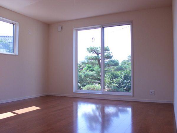ベッドが置ける、1階の洋室。おばあ様、ご両親が過ごしやすいよう、リビングの近くに部屋を配置致しました。