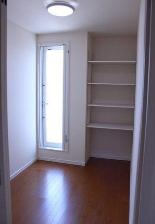 二階には、バルコニーに繋がる物干しスペースもあります。