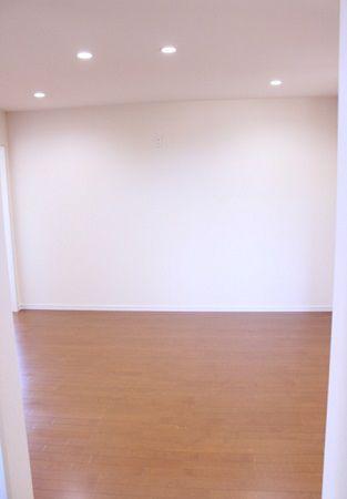 1階リビングの階段から2階に上がると、吹き抜けのホールから2階のプライベートリビングへ。ご夫婦の寝室と、洋室が2間。