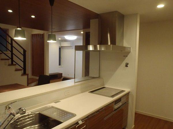 調理器前もガラススクリーンとしたので、お料理の最中も家族の様子やTVを見たりもできます。
