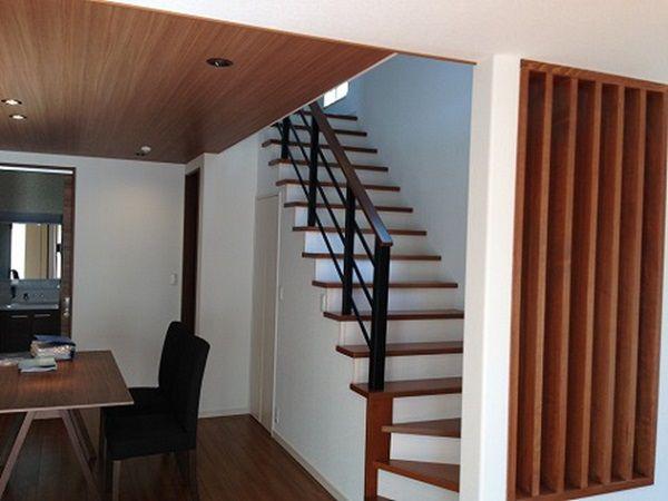 ダイニングから階段、リビング、和室に繋がります。