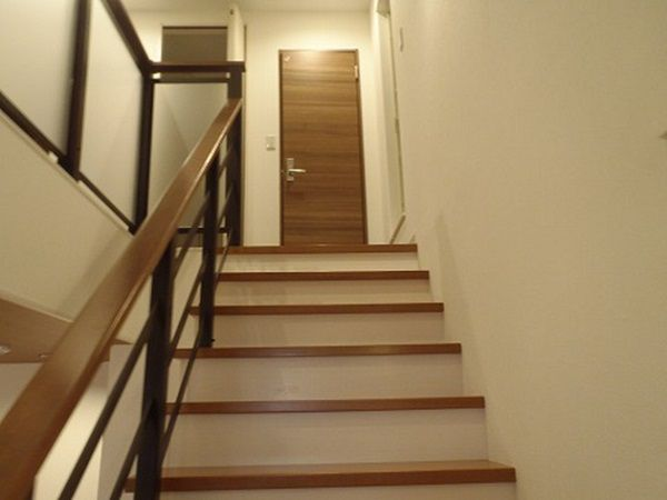 吹き抜けがあるので、広々と明るい階段です。