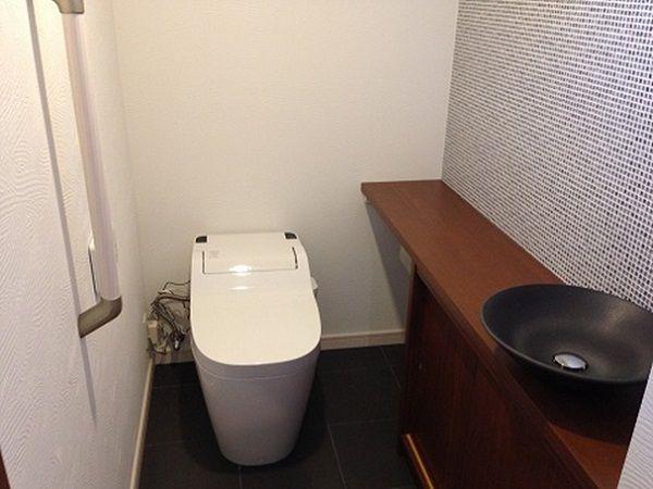 手洗いはオーダー品。カフェのようなトイレに仕上がりになりました。