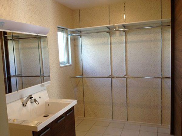 脱衣場にはドライルームを併設しました。真冬でも床暖房のおかげで、翌朝には乾いています。