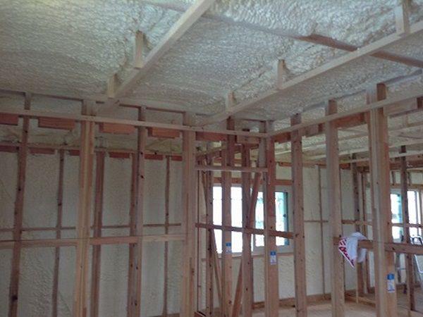発泡ウレタン断熱で天井、壁を覆い尽くします。