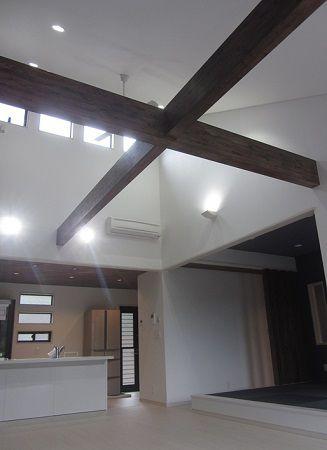 23帖のLDKは勾配天井で開放感があり、高窓をつけられたことでとても明るくなりました。