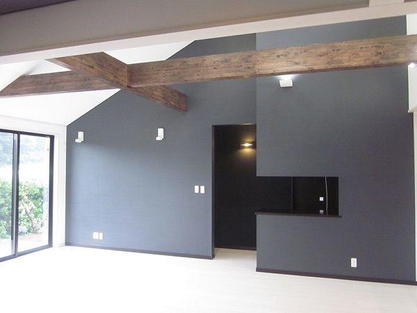 リビングの壁をあけ、そこにご主人の趣味の1つでもある大きな水槽を置かれました。