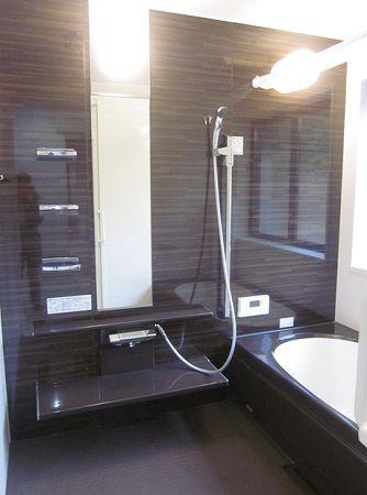 お風呂も広々。浴槽もツートンカラーでおしゃれです。