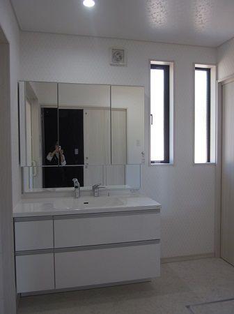 洗面所も広々。洗面台は間口1200mmと大きくて収納もいっぱいできます。