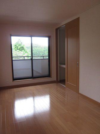 2階の寝室は床をナチュラル色にされ、1階とは雰囲気が変わったお部屋になりました。