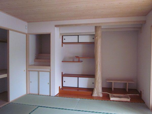 床の間、神間、仏間、広縁を作り本格的な和室が完成しました。なんと床柱は施主様のお父様が自分の山から まきの木を切ってこられ磨きあげられたもの!!とっても素敵な床柱です。