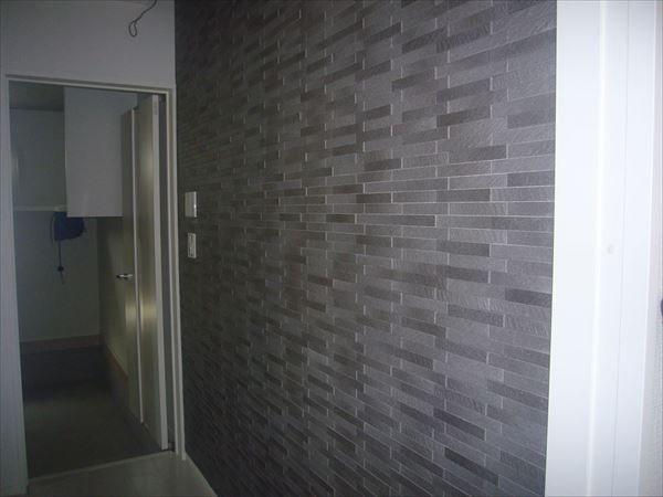 玄関入った正面の壁・テレビの前・リビングの天井と落ち着いたグレーのアクセントをいれました。壁にはエコカラットを使用した事で高級感もでました。