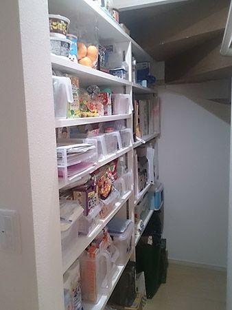 玄関から階段へ続くホールの途中、左手側に扉があります、そこには階段下スペースを利用した空間があり、収納棚を沢山設置して収納力抜群のパントリーを作っています。食品だけじゃなく大事な書類や取説等も収納できる万能スペースです。ホールの反対側はキッチンスペースになっていますので、お買い物の後は、そのままパントリーに行って、荷物を収納し、お料理の準備に取り掛かる事ができます。また、キッチンスペースからパントリー、ホールを介して洗面所になります。家事動線を出来るだけ簡略化しています。