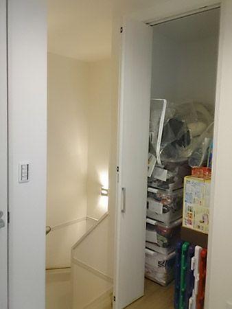 階段スペースには小さなニッチが数ヶ所あります。その中にも奥様が大好きなドラえもんがいますよ(*´ω`*)ここでもドラえもんが迎えてくれます(笑)階段を登りきると、そこにも収納…!!廊下に収納スペースがあると家族皆が使えてとっても便利ですね♪