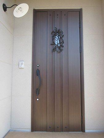シンプルモダンな外観にアンティークな玄関ドアと照明。とってもおしゃれな玄関です。