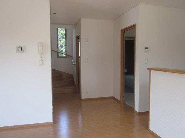 2階へ行く為には必ず通られけらばならないリビング。家族と自然に顔を合わせることができ、お子様の様子もすぐ分かります。
