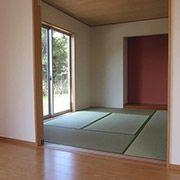 和室は広々リビングと隣接しています。リビングの延長として使ったり、2枚の戸を閉めると個室としても使用できる間取りとなっています。